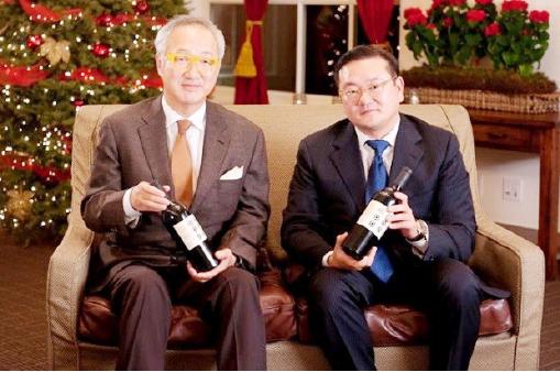 ▲ 동아원 와이너리의 와인을 선전하는 이희상-전재만