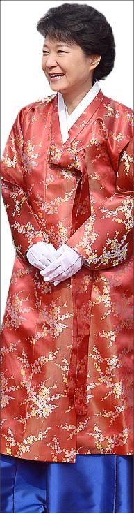 ▲ 대통령 취임식 당시 최순실이 직접 주문해 주었다는 박근혜 대통령이 입었던 340만 원짜리 한복.