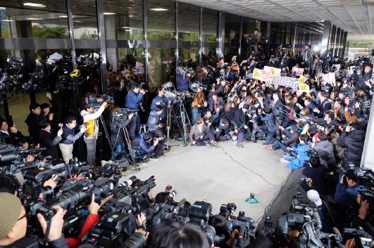 ▲ 10월31일 검찰에 출석한 최순실씨를 둘러싼 취재진의 모습. ⓒ이치열 기자