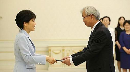 ▲ 박근혜대통령이 전대주씨에게 베트남대사 임명장을 수여하고 있다.