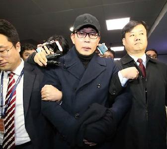 ▲ 문화계 황태자 차은택이 한국시간 8일밤 중국에서 귀국, 검찰로 압송되고 있다.