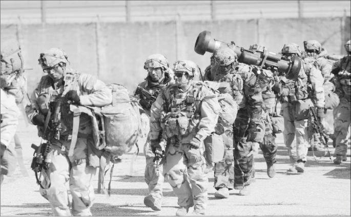 훈련하는-군인