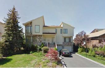 ▲박만규가 2000년부터 17년째 거주중인 뉴저지주 잉글우드클립스주택 - 2000년 7월 당시 23세인 아들명의로 구입한뒤 아들은 살지 않고 박씨부부가 벤츠S550 3대를 굴리며 이 집에 살고 있다[2002년 구글 촬영사진]