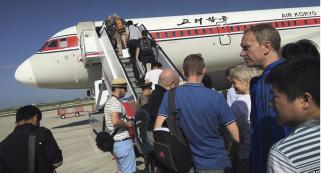 ▲ 북한 방문을 마치고 떠나는 외국 관광객들.