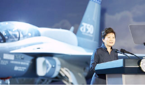 ▲ 박근혜 대통령이 지난해 12월 경남 사천 한국항공우주산업(KAI)을 찾아 미국 수출용 T-50 공개행사에서 축사를 하고 있다. 취임 후 방산비리를 뿌리뽑겠다고 공언해 온 박 대통령이 방산업체를 찾은 건 이례적이다.