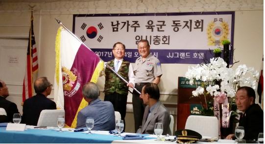 ▲ 육군동지회 신임 최만규(왼쪽)회장과 김복윤 전임회장.