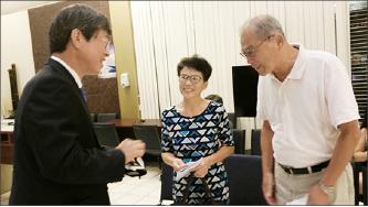 ▲ 이기철 총영사(왼쪽)가 민원실에서 동포들과 만나고 있다.