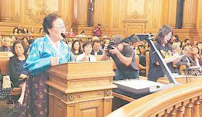 ▲ 샌프란시스코 시 공청회에 참석한 이용수  할머니와 KAFC 김현정 국장(오른편)