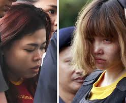 김정남 살해 혐의로 기소된 인도네시아 국적 시티 아이샤(왼쪽)와 베트남 국적 도안 티 흐엉(오른쪽)이 2일 법정에 들어서고 있다.