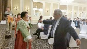 이용수 할머니와 혼다 의원이 한국가락에 맞춰 춤을추고 있다.