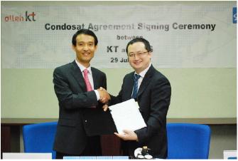 ▲ 2010년 김성만 KT부사장[왼쪽]과 토마스 최 ABS 사장이 공동위성에 대한 협약을 맺었다.