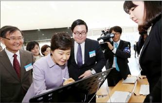 ▲ 박근혜 대통령이 김성진 대표(오른쪽 세번째)가 제작한 프로그램을 시연하는 모습.