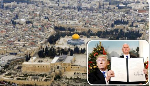 ▲ 예루살렘 구 시가지의 1/6을 차지하고 있는 예루살렘 성전터. 지금은 이슬람의 바위돔 사원이 자리하고 있다. ▶ 오른쪽은 도널드 트럼프 미국 대통령(왼쪽)이 지난 6일 백악관에서 예루살렘을 이스라엘의 수도로 인정하고 현재 텔아비브에 주이스라엘 미국 대사관을 예루살렘으로 옮기는 내용의 선언에 서명한 뒤 이를 내보이고 있다. 오른쪽은 마이크 펜스 미국 부통령.