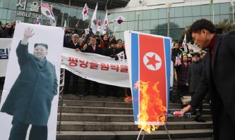▲ 북한의 평창올림픽 농간을 두고 서울 시민들이 인공기를 불태우고 있다.