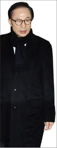 ▲ 이명박 전 대통령이 17일 검찰의 특수활동비 수사 관련 입장을 밝힌 후 서울 강남구 삼성동 사무실을 나서고 있다.