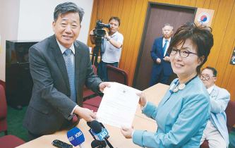 ▲ 2016년 로라 전 회장이 이내훈 선관위원장으로부터 당선증을 받고 있다.