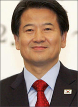 ▶정동영은 인공기 보호령을 내린 뒤 2005년 12월13일 제주도 서귀포 롯데호텔에서 열린 남북 장관급 회담에서 상의에 태극기 배지를 거꾸로 달고 북한 대표단을 만났다.