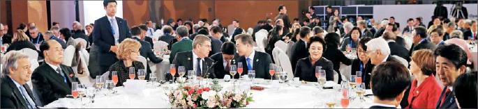 ▲  평창 올림픽 대회를 축하하기 위해 모인 외국 정상급 대표단들이 파티에 참석하고 있다.