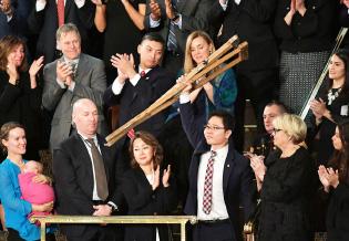 ▲ 트럼프 대통령이 연두교서에서 지성호(36) 북한인권단체 '나우(NAUH)' 대표를 소개하자 지 대표가 목발을 들어 연설에 호응하고 있다./ CNN 캡처