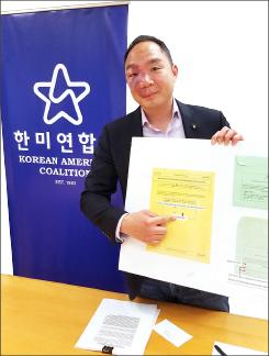 ▲ 방준영 KAC국장이 투표지 NO(반대)에 색칠로 표시하라고 지적하고 있다.
