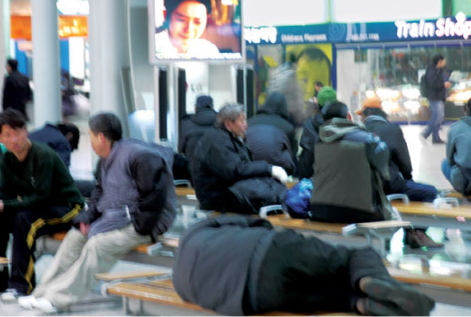 ▲ 한국 서울역에도 노숙자들이 진을 치고있다.
