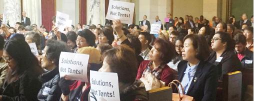 ▲ 지난 5월 22일 '노숙자 위원회'에 몰려든 한인들이 반대의사를 표명하고 있다.