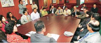 ▲ 2008년 당시 방글라데시 대표단을 마주하고 한인회 관계자들이 대화하고 있다.