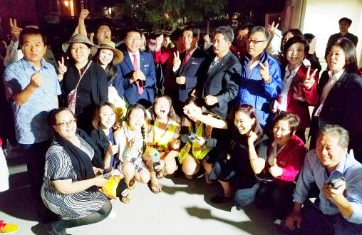 """▲ 19일 밤 11시 45분 마지막 투표자 김명균(전LA한인회장, 왼쪽) 장로와 함께 자원봉사자들이 """"우리가 타운 지켰다""""며 환호했다."""