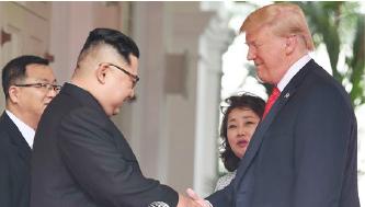 김정은의 '1호 통역사' 김주성(왼쪽)씨와 트럼프 통역관 이연향 박사(오른편 두번째)