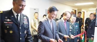 ▲ 한우성 재외동포재단 이사장(왼쪽 두번째)이 기념식에 참석하고 있다.