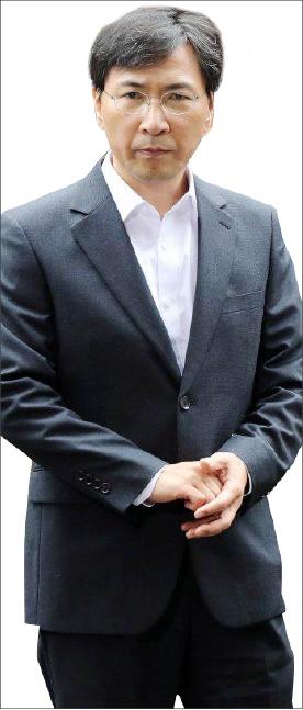 ▲ '미투' 1호 안희정 전 충남도지사가 1심 무죄판결을 받고 법원청사를 빠져 나가고 있다.