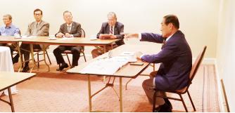 ▲김진호 회장이 건의를 하는 향군인사를 제지하고 있다.