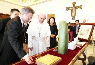 ▲프란치스코 교황이 바티칸에서 문대통령 부부를 만나고 있다.