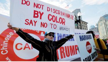 """▲ 하버드대학교의 입시 차별에 시위하는 시위대. 재판을 하루 앞두고 시위대들은 14일 """"피부 색으로 차별해서는 안된다""""와 """"하버드는 아시아계 입학 쿼터를 중단해야한다""""는 플래카드를 들고 대학에 항의했다. [사진=로이터 뉴스핌]"""