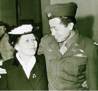 ▲1945년 2월 유럽 전선에서 돌아온 김영옥과 그를 마중 나온 어머니를 찍은 LA타임스 기사 사진.