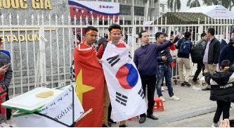 ▲스즈키컵 대회 경기장에 베트남인들이 태극기와 베트남기를 두르고 있다.