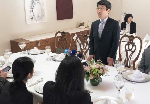 ▲ 김완중 총영사가 오찬간담회에서 남가주 한국학원에 관한 사항을 밝히고 있다.