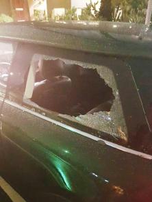 ▲한인 관광객 차량이 파손당했다.