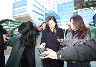 ▲ 삼양식품 김정수사장이 지난달 25일 집행유예를 선고받은뒤 서울북부지방법원을 나서고 있다.