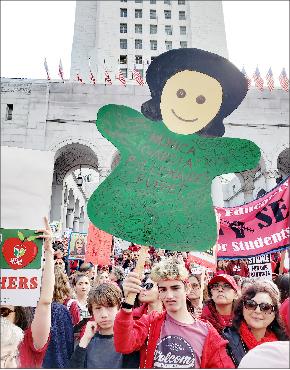 ▲LA시청 앞에서 교사와 학생들이 시위를 벌였다.