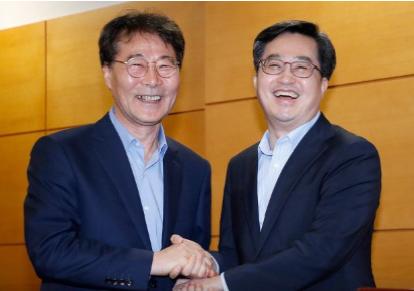 ▲ 엇박자설이 끊이지 않았던 김동연 전 경제부총리와 장하성 정책실장