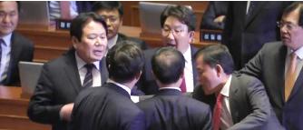 ▲나경원 의원 발언을 두고 여야 의원들이 힘겨루기를 하고있다.