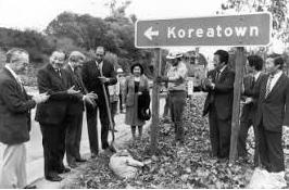 ▲10번 프리웨이와 놀만디에 세워진 KT표지판(오른쪽이 이희덕)