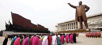 ▲평양에 세워진 김일성 동상앞에서 북한 주민들이 고개를 숙이고 있다.