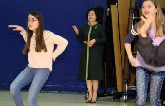▲ 영부인 김정숙 여사(중앙) 미국 초등학교를 방문하고 있다.