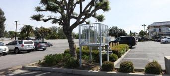 ▲ 주차장에는 경비를 위한 시설물이 있지만 항상 경비원이 있지 않다.