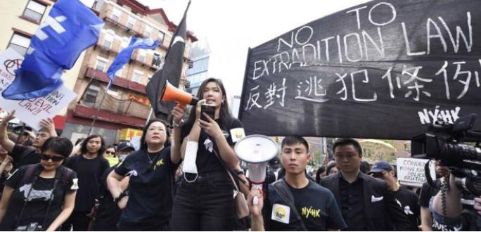 ▲  '뉴욕에서 열린 시위'에 마이크 든 후이(중앙)