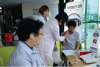 ▲ 소음성 난청 환자(오른편)가 청력 검사를 받고 있다.