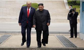 ▲ 트럼프 대통령이 김정은의 안내로 북쪽 영토로 건너가고 있다.