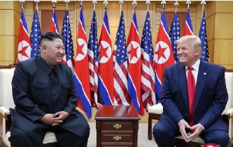 ▲ 트럼프 대통령이 6월 30일 판문점 자유의 집에서 김정은 53분 회동하고 있다.